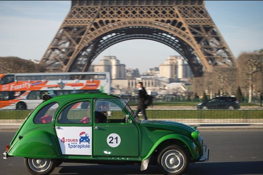 En « Deudeuche » électrique dans Paris (75)