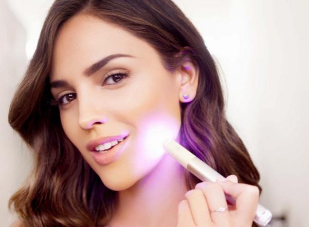Neutrogena présente son 1er stylo de luminothérapie anti-acné