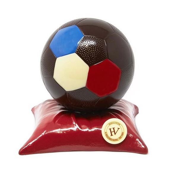 Clin d'œil à la Coupe du Monde Féminine de Football du chocolatier Hugo & Victor (75)